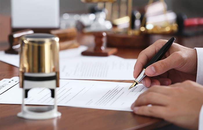 Notaires associés - signature de document